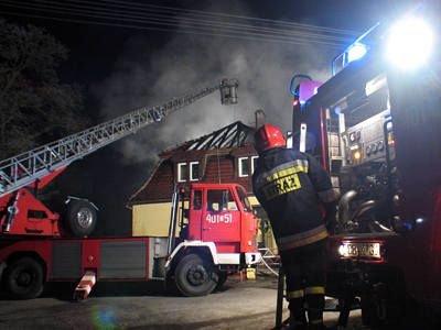 Pożar gasiło sześć wozów strażackich, w tym jeden z drabiną