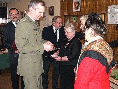 Ppłk Zbigniew Borysewicz wręcza medale