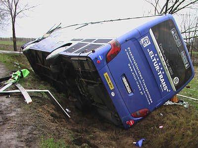 Naczepa TIR-a otarła się o bok autobusu