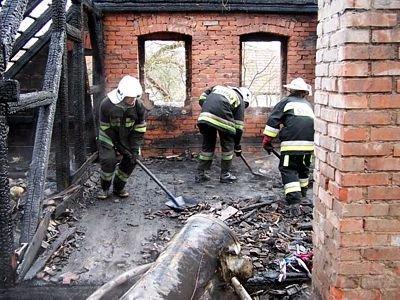 Strażacy sprzatają pogorzelisko