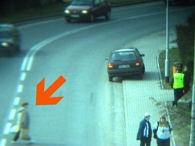 Kobieta przechodzi przez jezdnię
