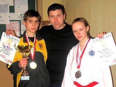 Krystian Marzec i Kaja Burniak z trenerem