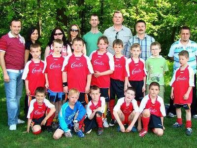 Młodzi piłkarze UKS Kusy-Starbol i ich opiekunowie