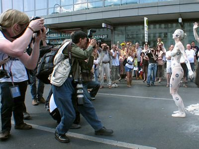 Półnaga gliniana postać dziewczyny cieszyła się ogromnym zainteresowaniem fotoreporterów