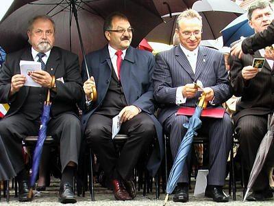 Każdy z politycznych konkurentów - Karol Stasik, Cezary Przybylski i Piotr Roman - liczy na głosy wiernych, ale uroczystość ogłoszenia patronki to niewątpliwie promocyjny sukces obecnego prezydenta