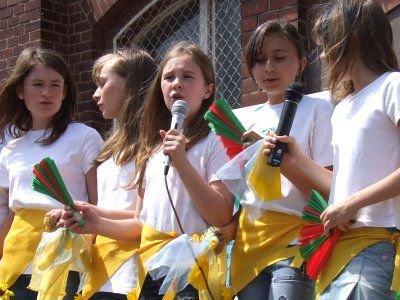 Na scenie odbywały się występy wokalne