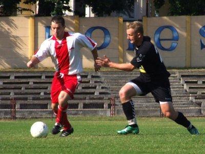 Grzegorz Nowak walczy o piłkę