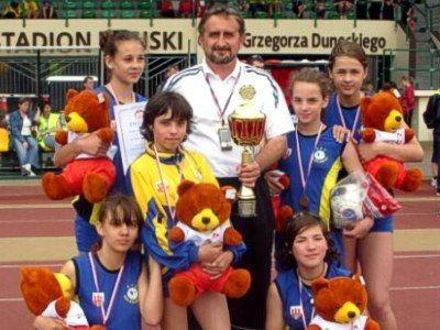 Brązowe medalistki mistrzostw Polski i Kazimierz Prokowski
