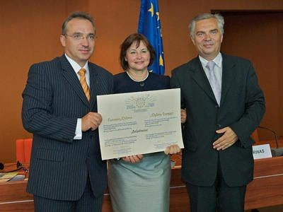 Piotr Roman z dyplomem od Rady Europy