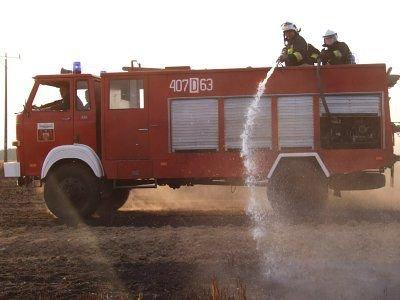 Wozy strażackie jeździły po całym polu i dogaszały tlącą się słomę