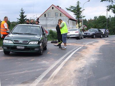 Kierowca Alfa Romeo stracił panowanie nad pojazdem i zjechał na lewy pas drogi