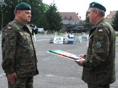 Kpt. Zdzisław Jacewicz otrzymał z rąk płka Romana Kłosińskiego flagę 23 ŚBA