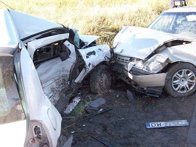Opel Vectra czołowo uderzył w bok Opla Corsy