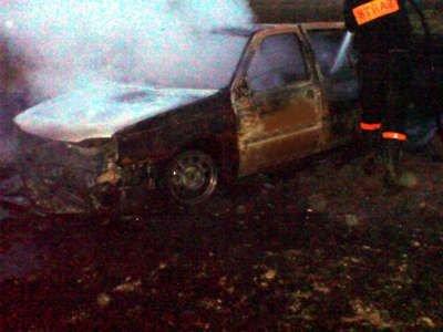 Mężczyzna niefortunnie zatrzymał auto niedaleko płonącego kombajnu