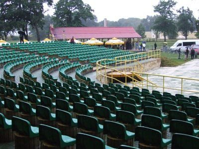 O godzinie 19:00 scena amfiteatru świeciła pustkami