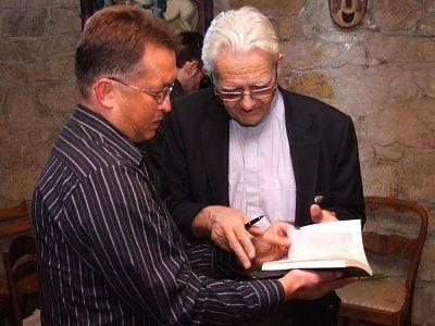 """Po spotkaniu ksiądz Boniecki podpisywał książkę """"Chciałem być księdzem"""""""