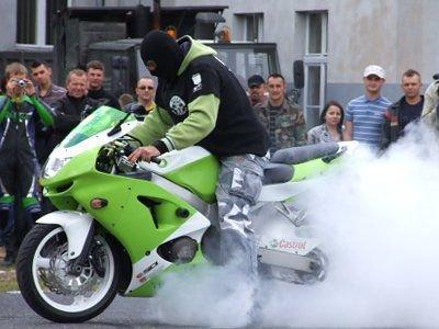 W czasie pokazów kaskaderskich nie oszczędzano motocykli