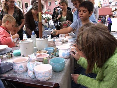 Dzieci chętnie malowały gliniane naczynia