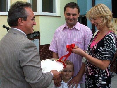 Prezydent Piotr Roman wręczył klucze rodzinie Januszków