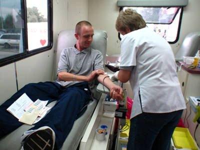 Mężczyzna oddaje krew