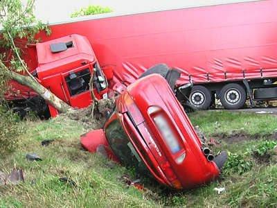 Czerwone Mitsubishi było na lawecie ciągniętej przez samochód terenowy