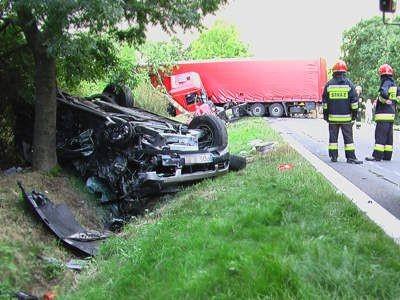 Samochód terenowy był rozcinany przez strażaków, by wyciągnąć poszkodowanych