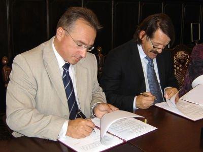 Prezydent Piotr Roman podpisuje umowę ze Stanisławem Tomkiewiczem, prezesem firmy, która wybuduje salę