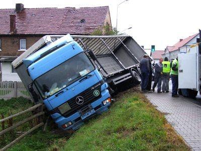 Samochód ciężraowy wpadł w poślizg i zjechał do rowu