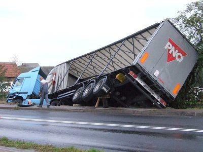 Naczepa ciężarówki zawisła nad poboczem