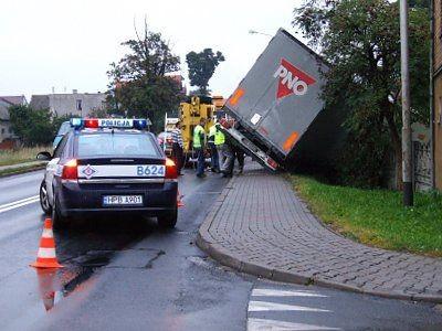 Kierowca ciężarówki twierdzi, że z drogi podporządkowanej nagle wyjechało auto osobowe