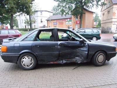 Kierowca granatowego Audi skręcał w lewo na ulicę Orlą