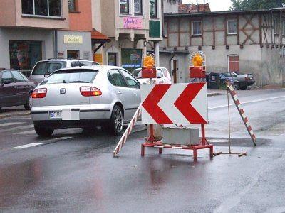 Aby ominąć wyremontowaną studzienkę kierowcy wjeżdząją na przeciwny pas
