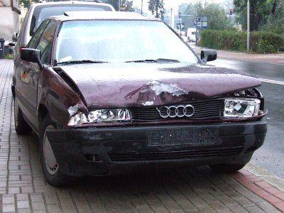Kierowca bordowego Audi nie zdążył zahamować i uderzył w skręcający w lewo samochód