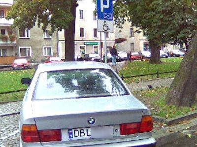 Czy jazda BMW upośledza? - pyta nasza Czytelniczka, która sfotografowała pojazd na ulicy Sądowej