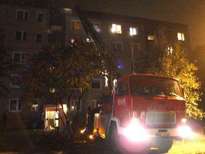 Strażacy dostali się na dach bloku po drabinie i przez właz