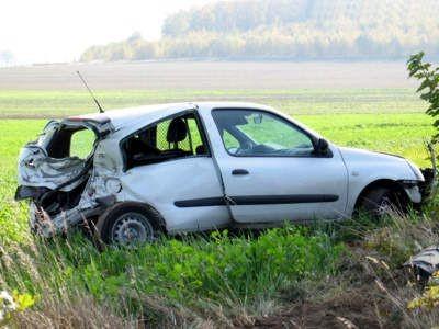 Kierowca wypadając z drogi zahaczył tyłem auta o ciężarówkę