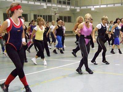 Kobiety ćwiczące aerobik - w różowo-czarnym stroju Jolanta Anasiewicz