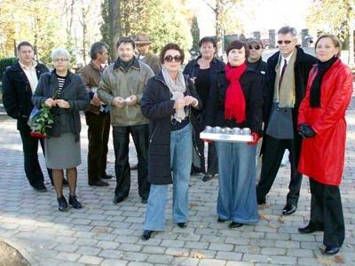 Pegazowicze zapalili świeczki na cmentarzu, by uczcić pamięć nieżyjących przyjaciół