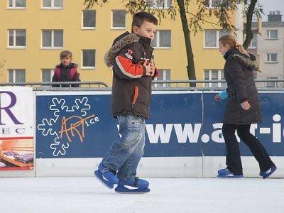 Pierwszego dnia z atrakcji sztucznego lodowiska korzystały głównie dzieci