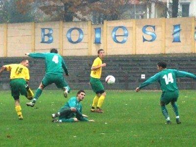 Śliska murawa utrudniała grę piłkarzom