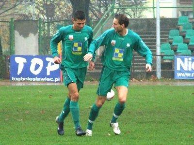 Krzysztof Szymański (od lewej) chwilę po zdobyciu bramki