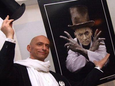 Bogusław Nowak pozował przed zdjęciem, które zajęło trzecie miejsce i przedstawiało właśnie jego