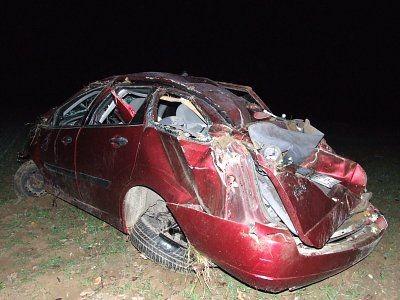 Samochód zatrzymał się na polu, kilkadziesiąt metrów od asfaltowej drogi