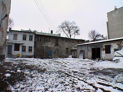 Podwórko i budynek, w którym mieszkały dzieci
