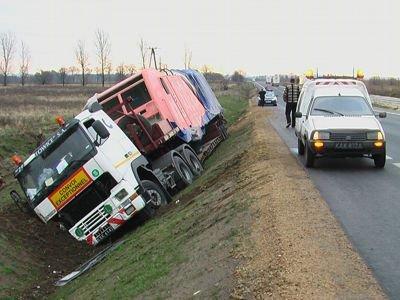 Kierowca ciężarówki przewoził na naczepie 18-tonową lokomotywę