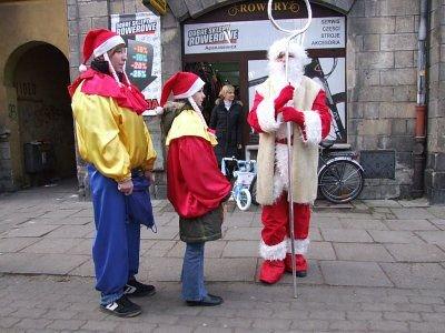 Mikołaj oczekiwał na dzieci na ulicy Komuny Paryskiej