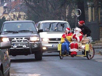 Pojazd Mikołaja wzdudzał ciekawość kierowców