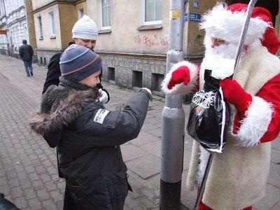 """Przed wręczeniem prezentu Mikołaj i chłopiec """"przybili żółwika"""""""