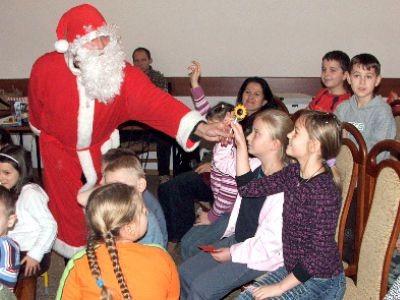 Mikołaj rozdawał dzieciom lizaki
