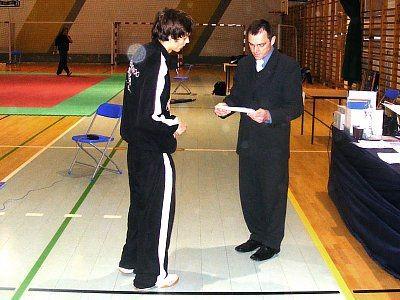 Yevgen Nikitin odbiera dyplom od Wiceprezesa Polskiego Związku Taekwondo Olimpijskiego Dariusza Płoskiego
